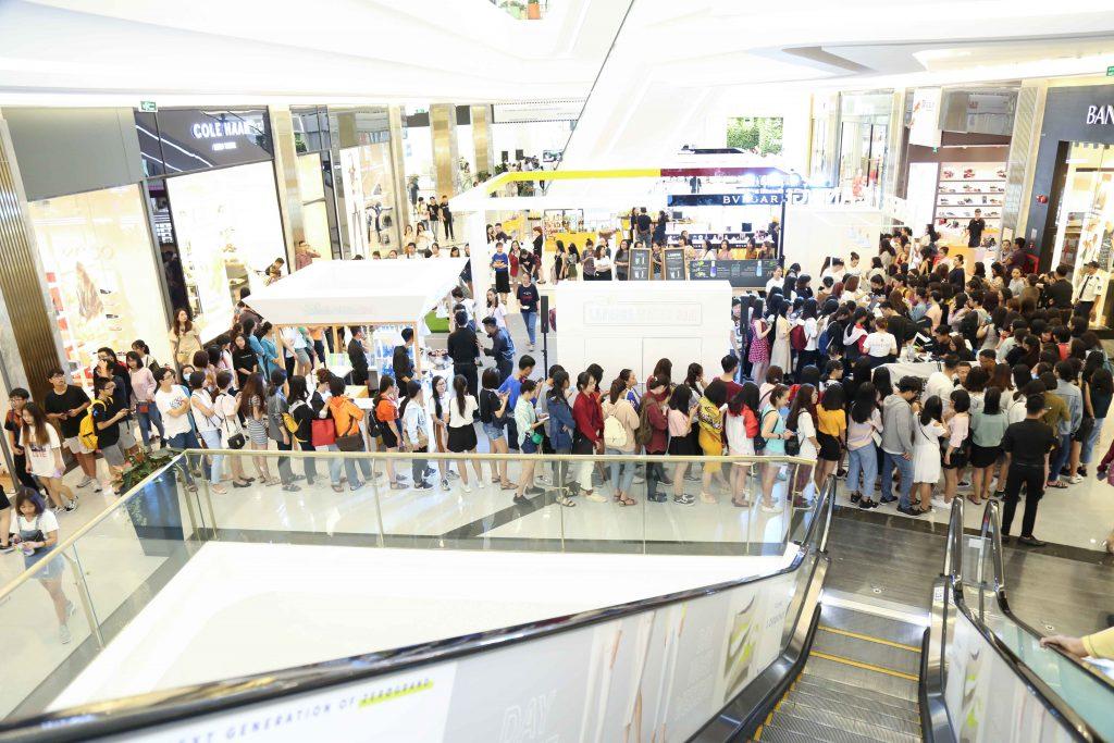 Trong ngày khai trương, hàng trăm bạn trẻ đã đến tham dự event Waterful Sharing.