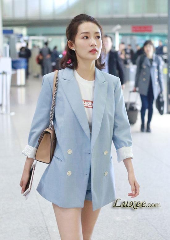 """Phong cách thời trang sân bay trẻ trung của nàng """"Dung Phi"""" Lý Thấm"""