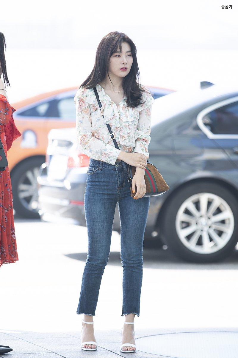 Phong cách thời trang Seulgi (Red Velvet): tắc kè hoa với những món đồ cơ bản