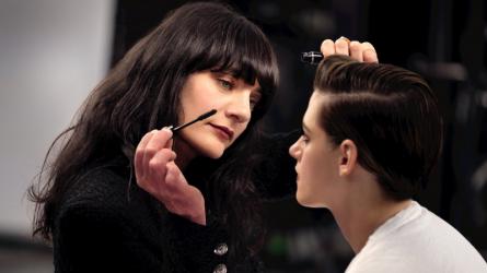 Chanel Beauty Talks tập 8: Lucia Pica hướng dẫn Kristen Stewart cách trang điểm mắt khói ấn tượng
