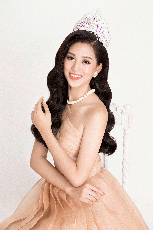 hoa hậu Trần Tiểu Vy cùng tranh sức ngọc trai 2
