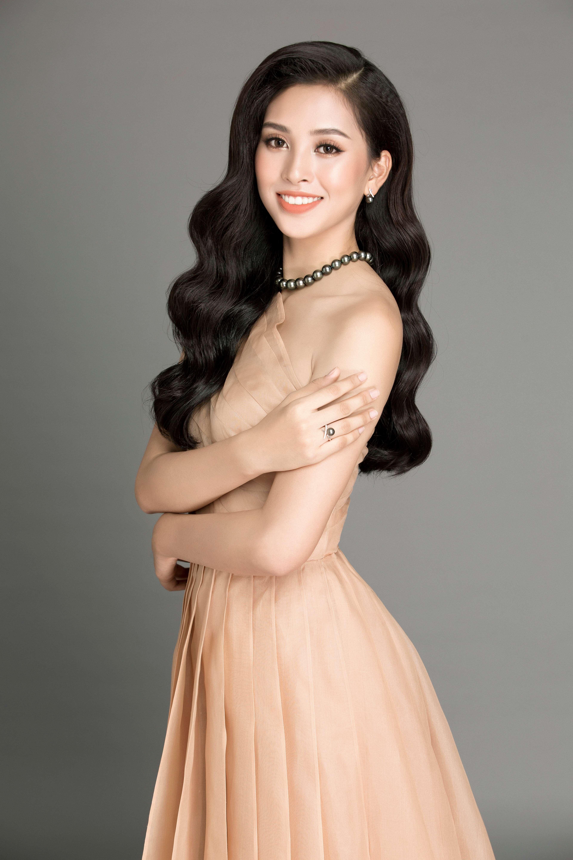 hoa hậu Trần Tiểu Vy cùng tranh sức ngọc trai 3