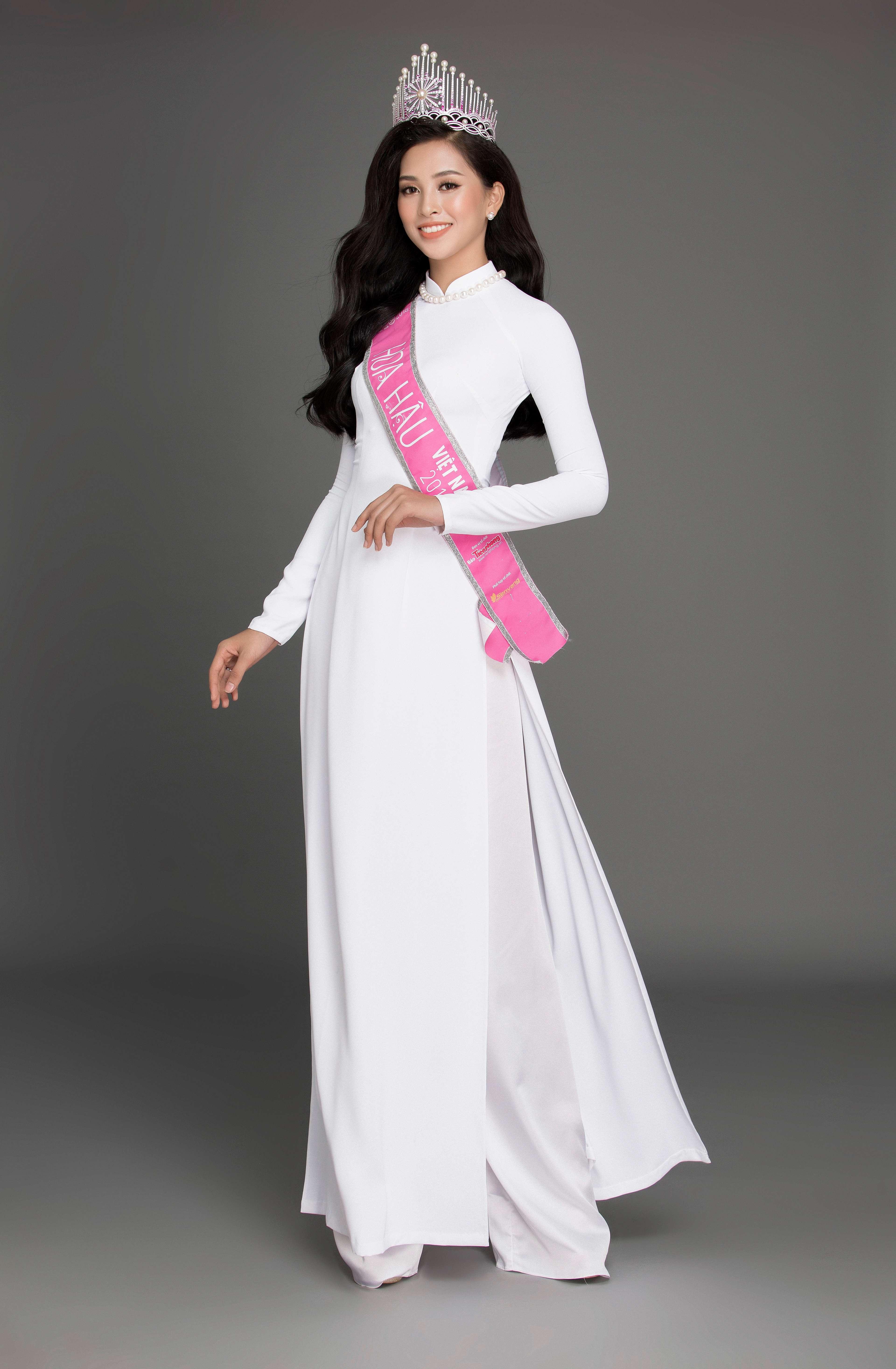 hoa hậu Trần Tiểu Vy cùng tranh sức ngọc trai 4