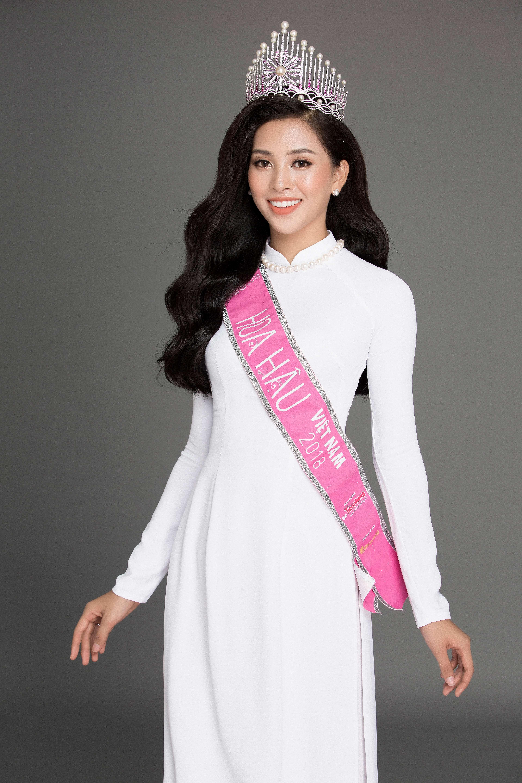 hoa hậu Trần Tiểu Vy cùng tranh sức ngọc trai 5