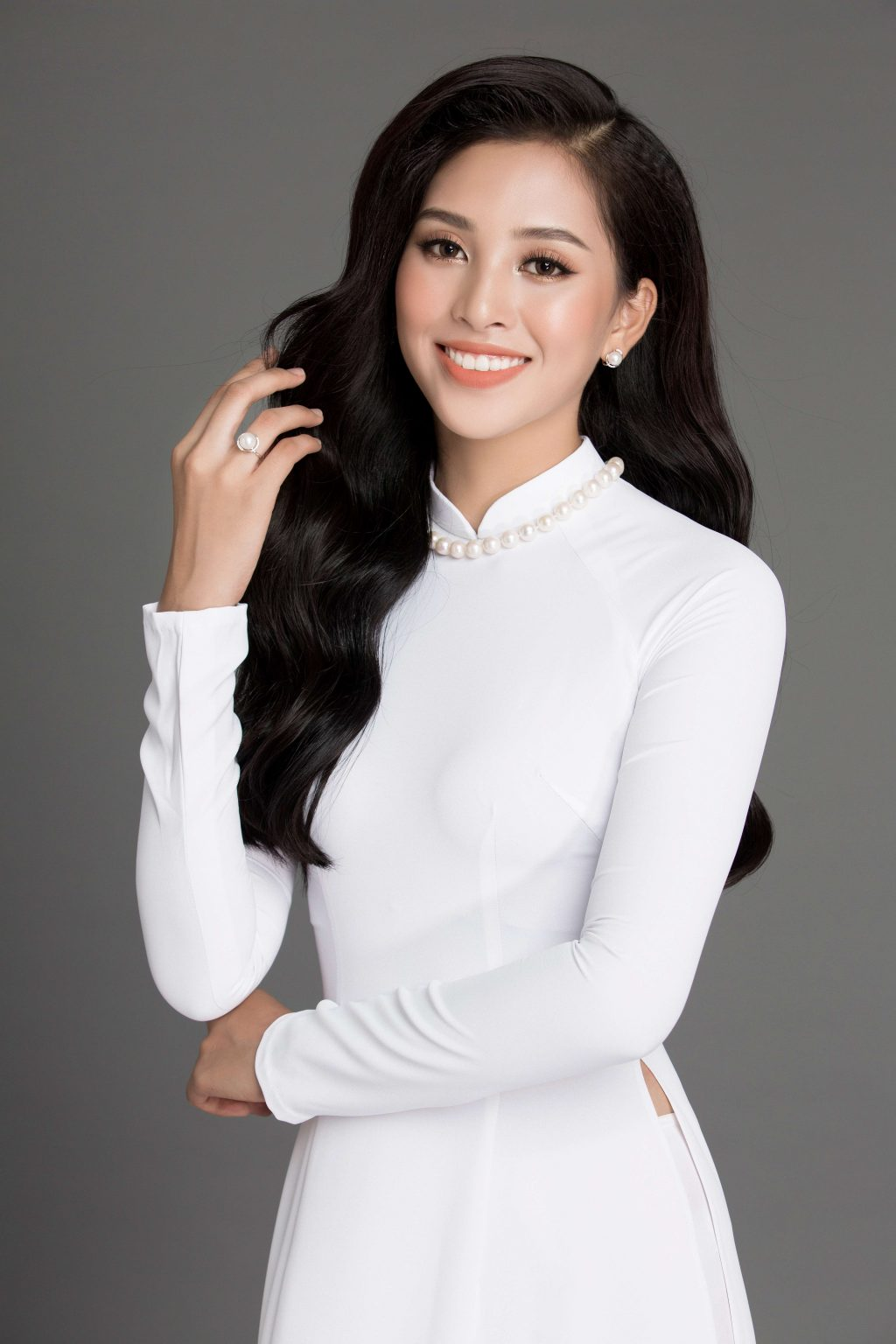 hoa hậu Trần Tiểu Vy cùng trang sức ngọc trai 6