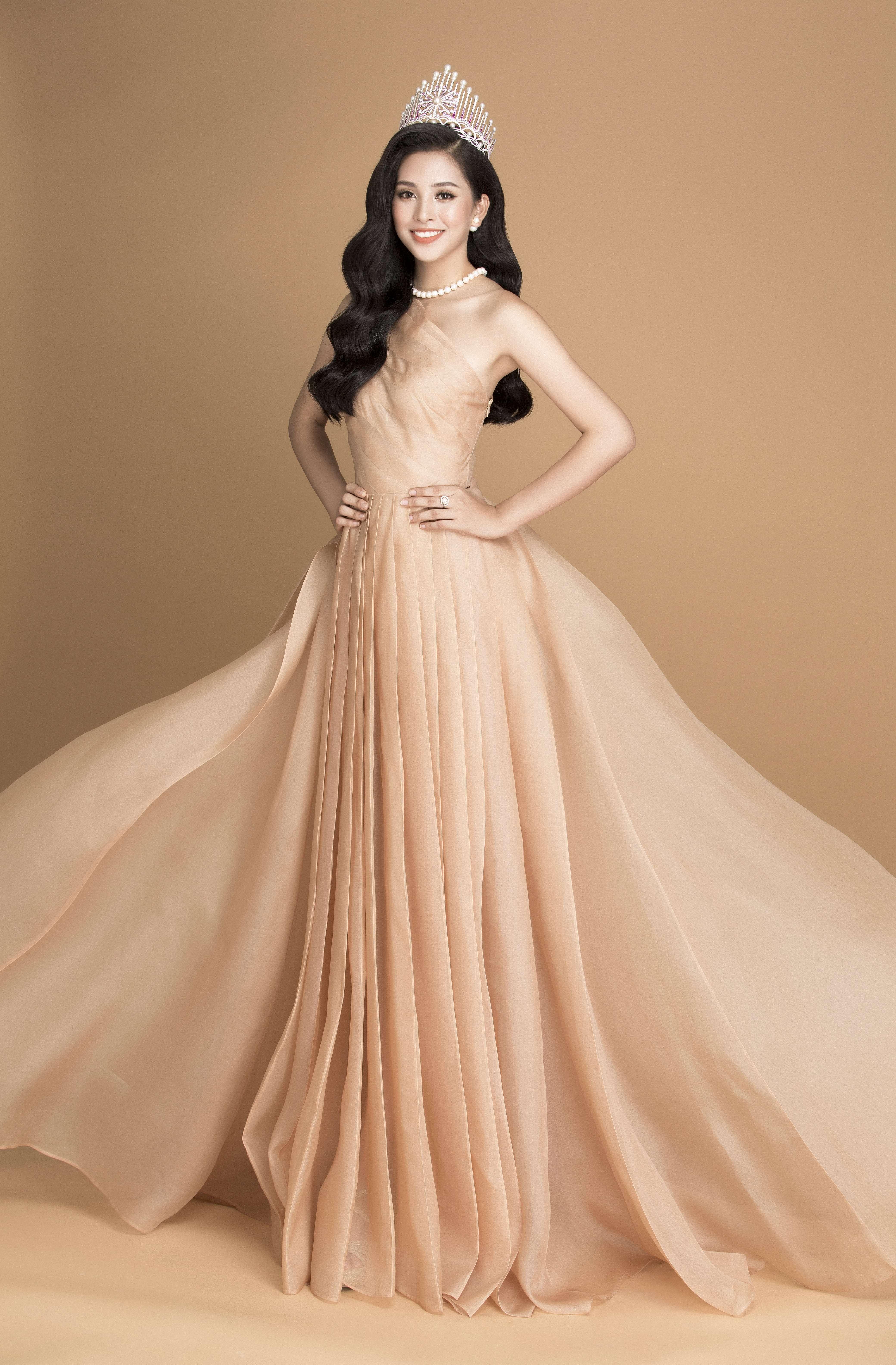 Hoa hậu Trần Tiểu Vy cùng trang sức ngọc trai