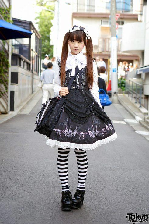 Gothic Lolita - Những cô gái theo phong cách Gothic thường sẽ trông như những nàng búp bê Anh Quốc cổ điển. Hình ảnh thường thấy là các cô gái mặc váy xoè, tóc cột hai bên xoăn nhẹ và chuộng gam màu trắng-đen. (Ảnh: tokyofashion.com)<br/>thời trang Harajuku 2