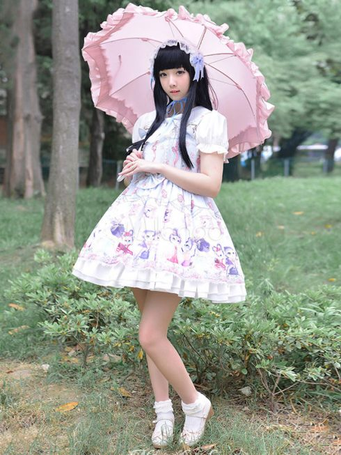 Sweet Lolita - So với các phân nhóm Lolita khác thì Sweet mang đậm dấu ấn của thời đại Rococo nhiều hơn. Phong cách tập trung vào vẻ ngây thơ và sử dụng những gam màu sáng nhẹ với các chủ đề kỳ lạ kiểu cổ tích. Hoa quả, bánh kẹo và các nhân vật trong truyện cổ tích là những chủ đề phổ biến của Sweet Lolita. (Ảnh: lolitashow.com)<br/>thời trang Harajuku 3