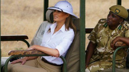 """Melania Trump gây tranh cãi vì đội mũ """"thực dân"""" trong chuyến công du tại châu Phi"""