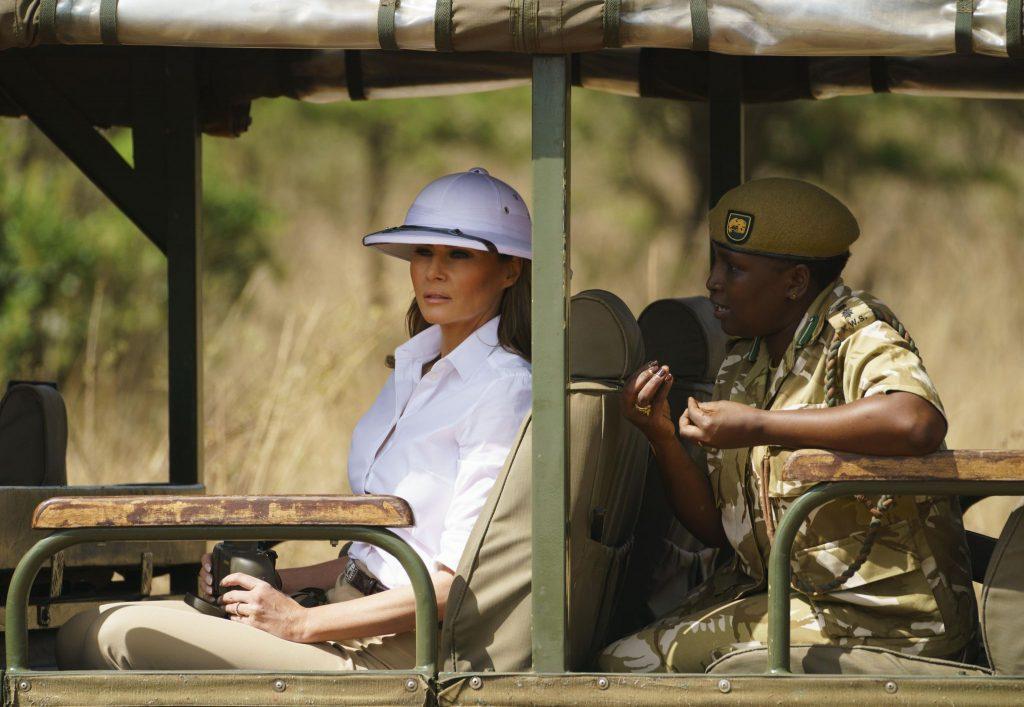 """Melania Trump gây tranh cãi vì đội mũ """"thực dân"""" 2"""