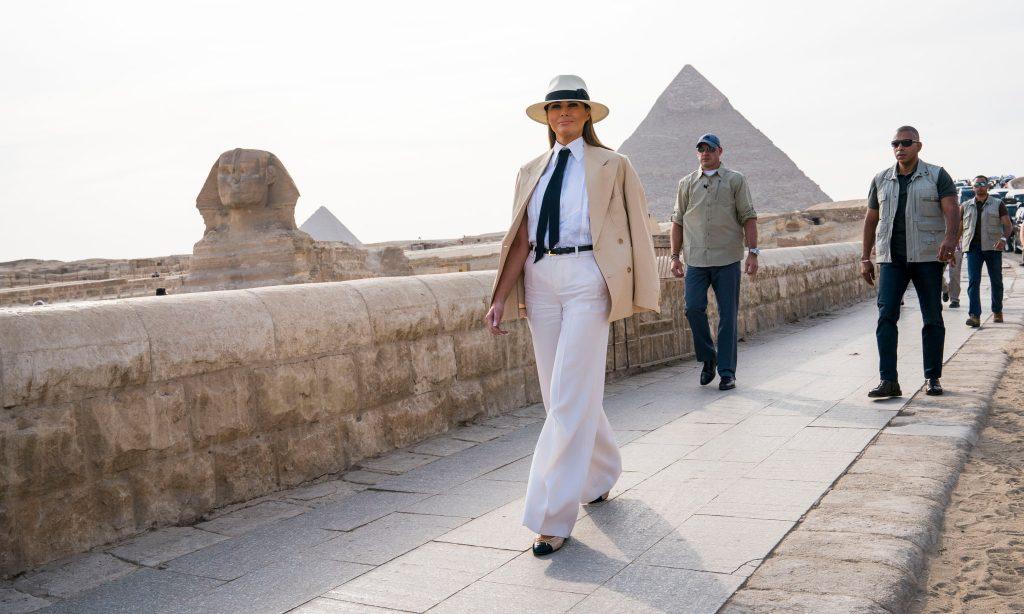 """Melania Trump gây tranh cãi vì đội mũ """"thực dân"""" 6"""
