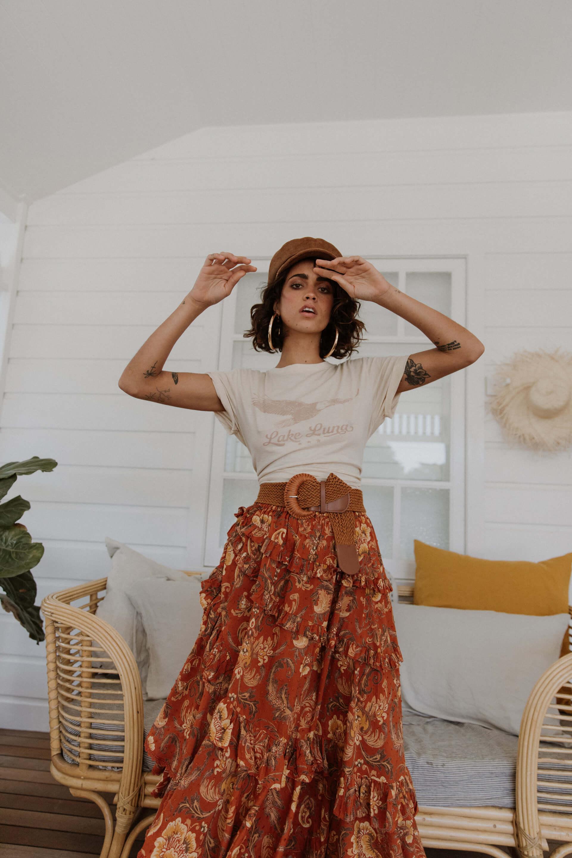 Phong cách hippie chân váy xếp lớp và áo thun