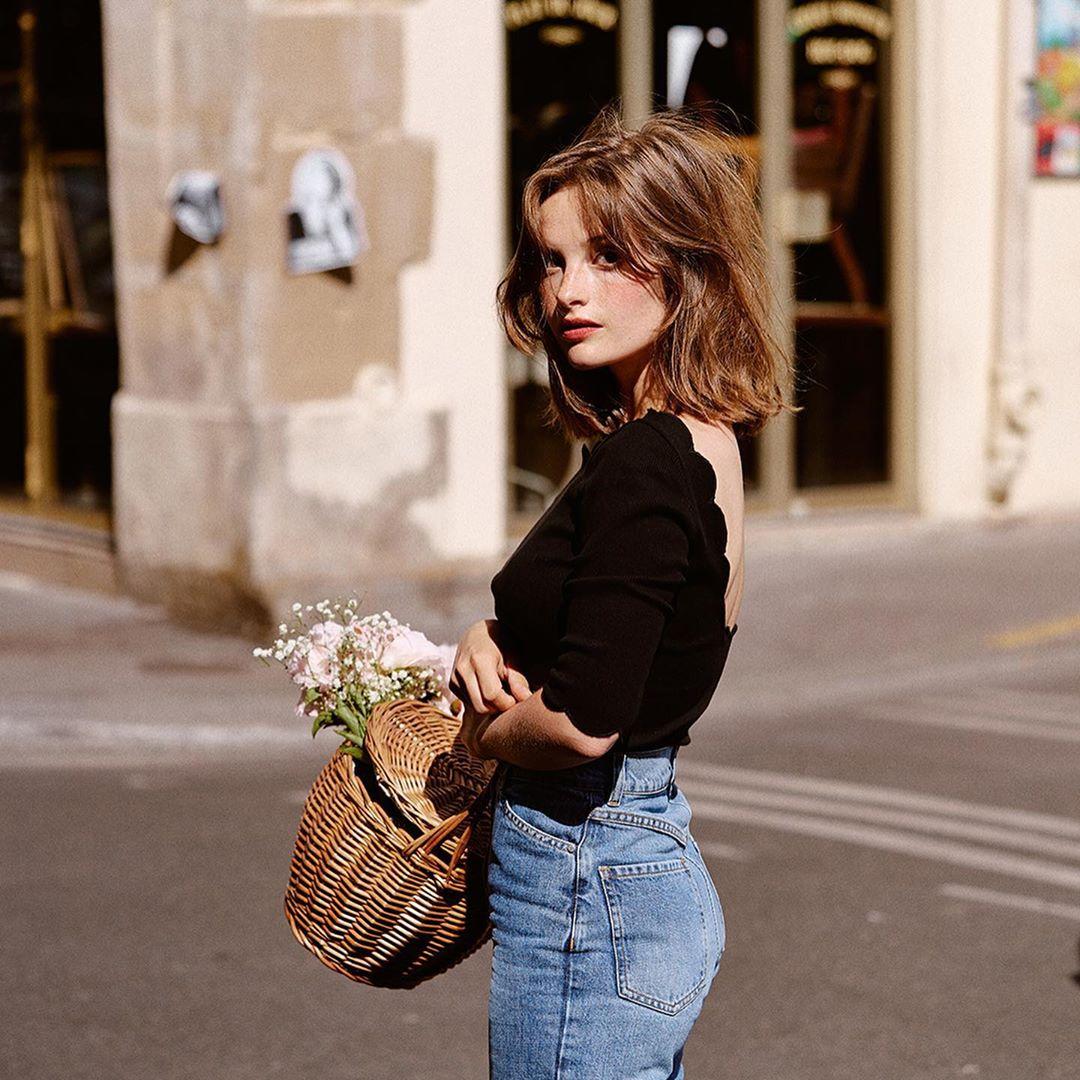 phong cách thời trang parisian cô gái mặc áo đen cùng quần jeans