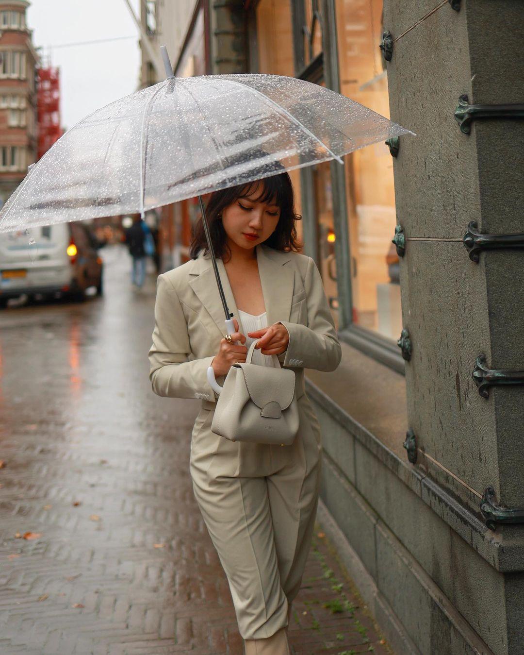 phong cách thời trang parisian cô gái măc suit cầm ô