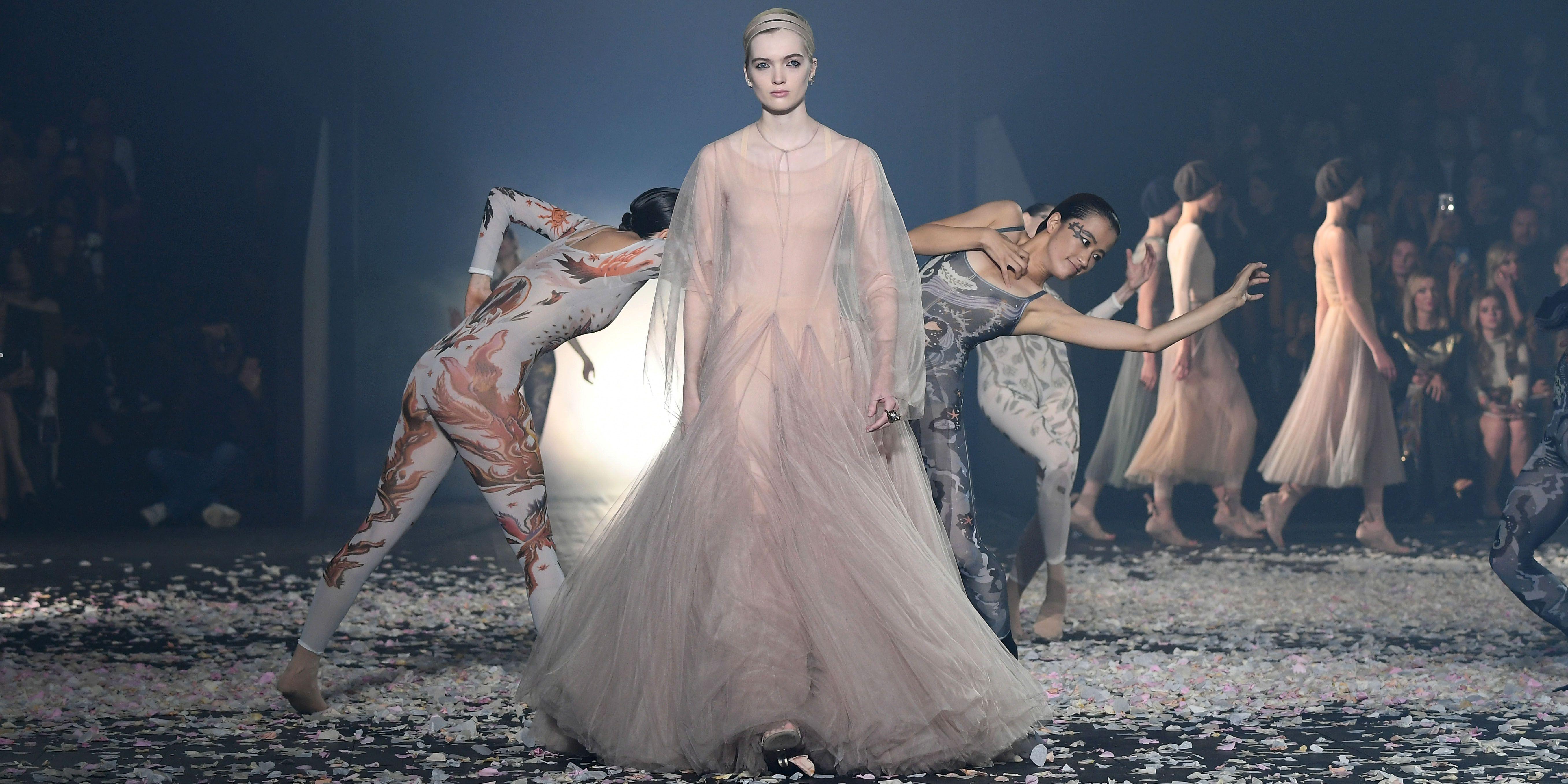 Sự gợi cảm của người mẫu nữ trên sàn diễn thời trang 6