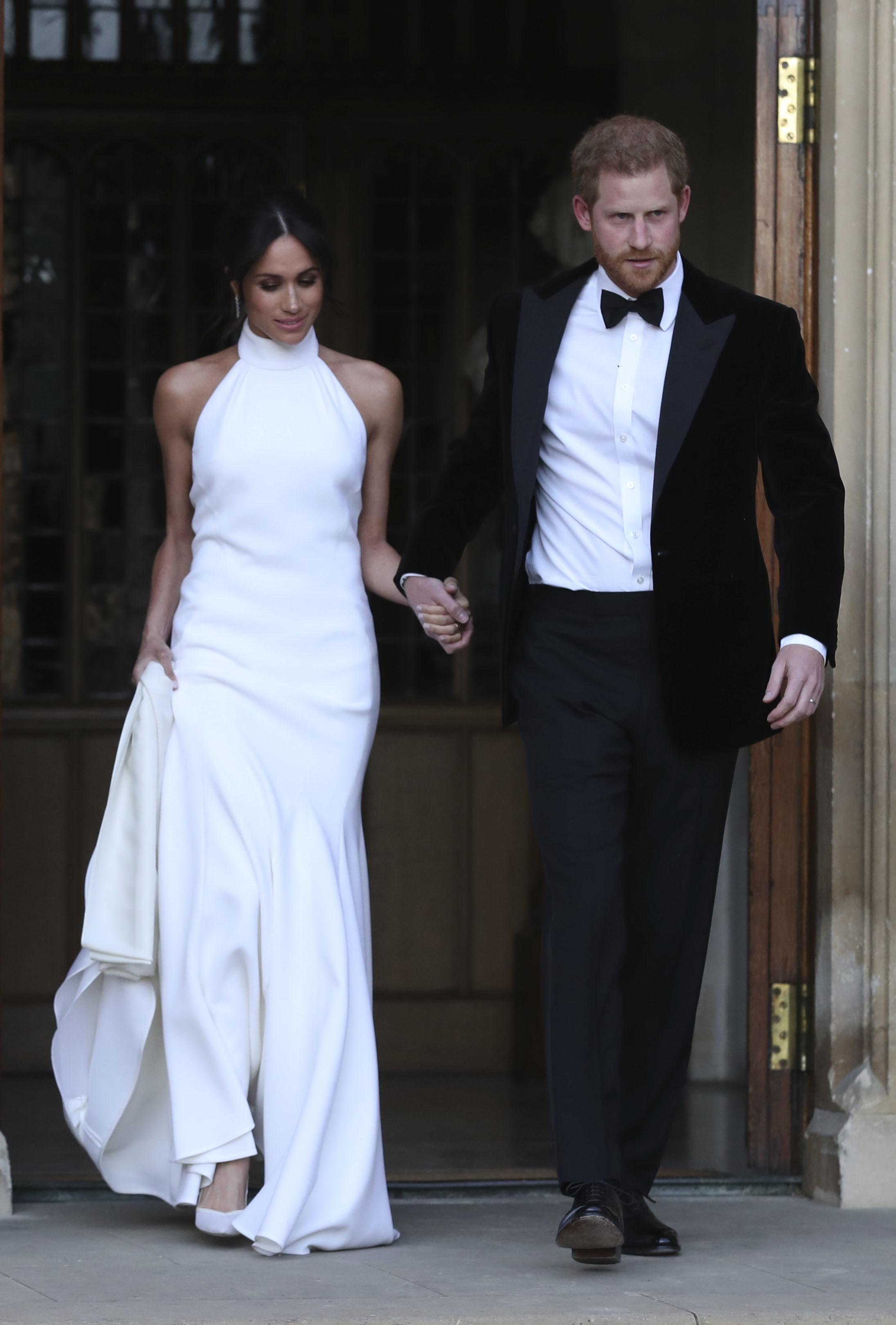 so sánh váy cưới của Công chúa Eugenie, Kate Middleton và Meghan Markle 10