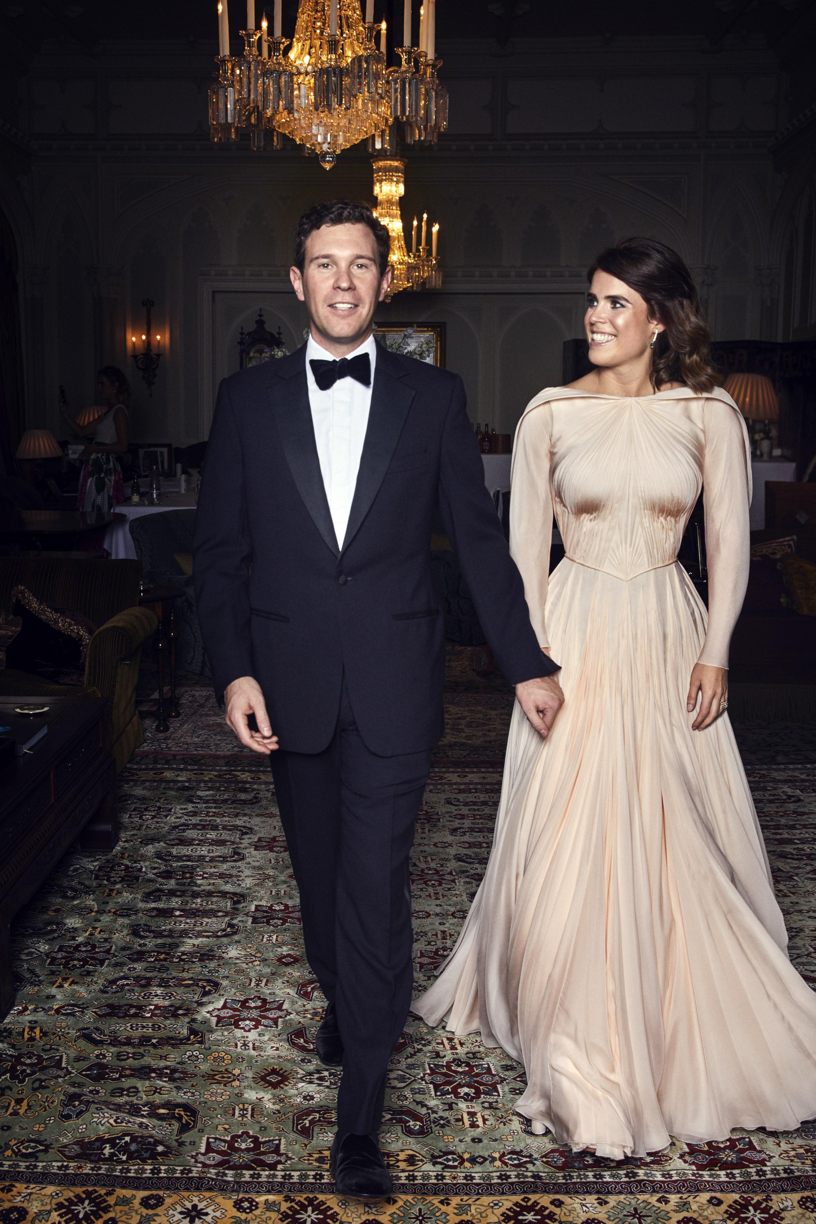 so sánh váy cưới của Công chúa Eugenie, Kate Middleton và Meghan Markle `3