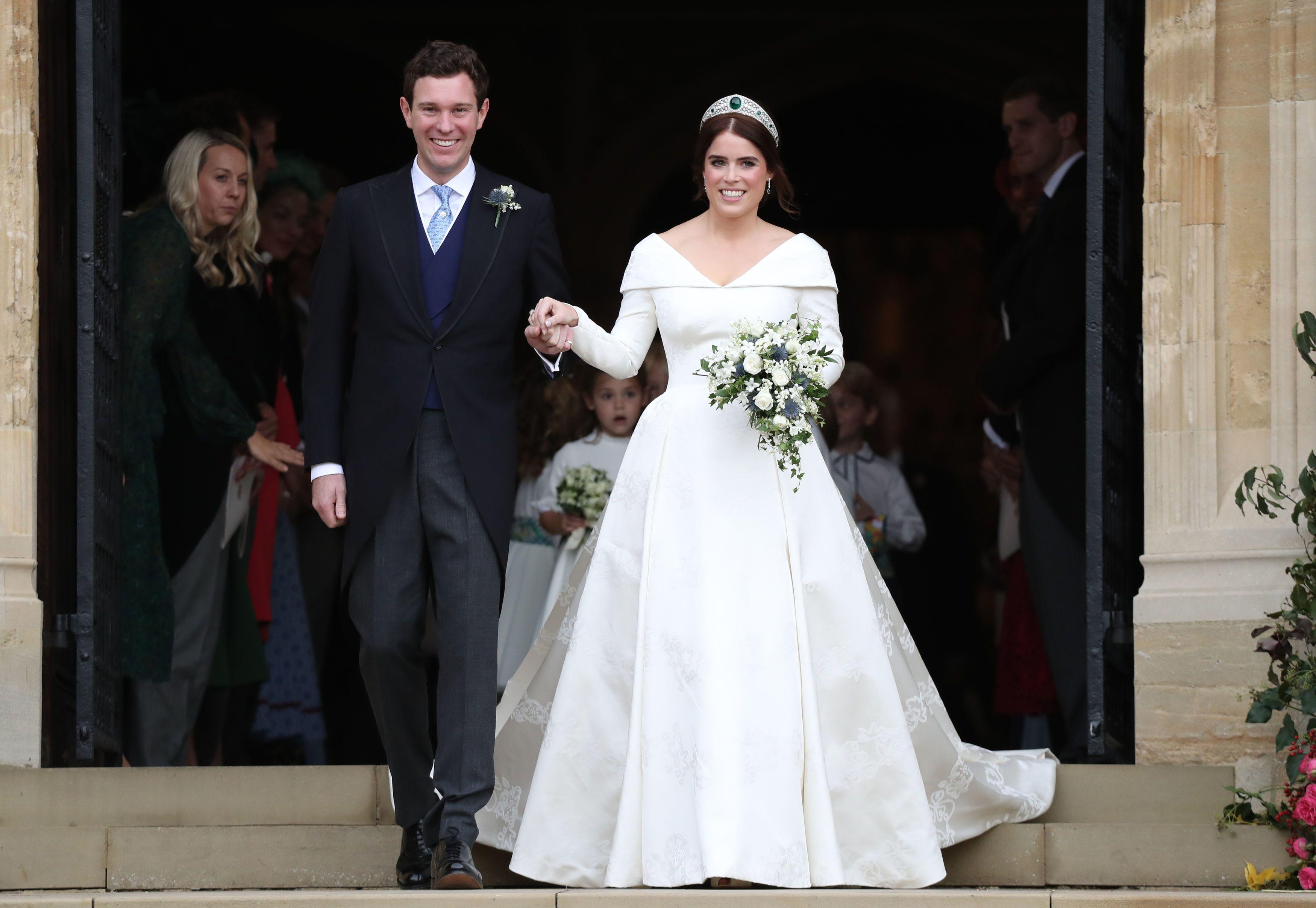 so sánh váy cưới của Công chúa Eugenie, Kate Middleton và Meghan Markle 2