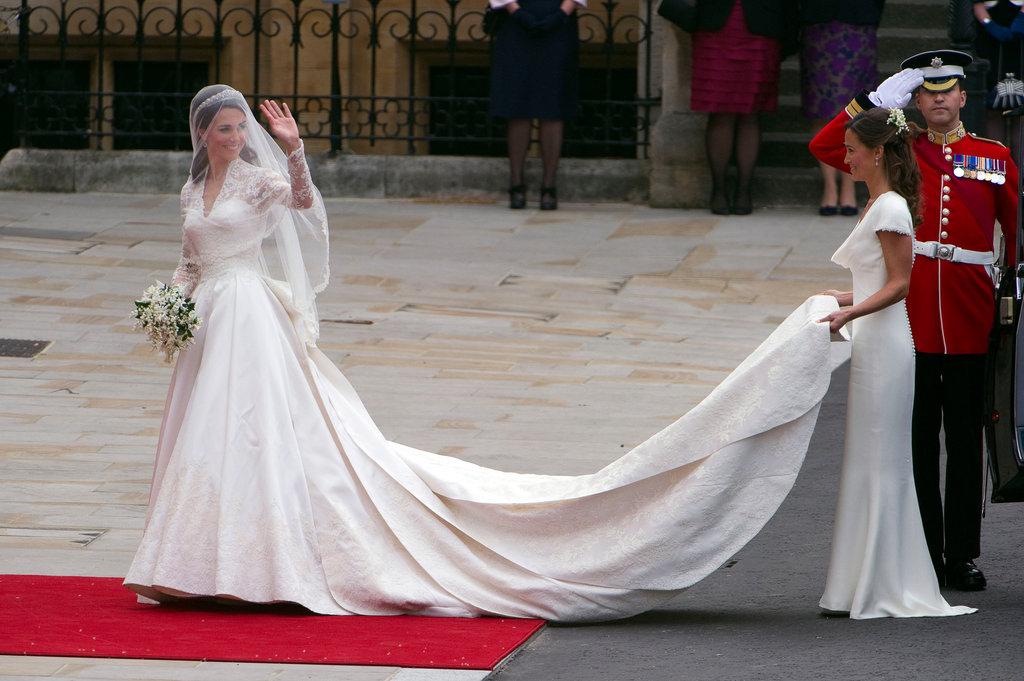 so sánh váy cưới của Công chúa Eugenie, Kate Middleton và Meghan Markle 8