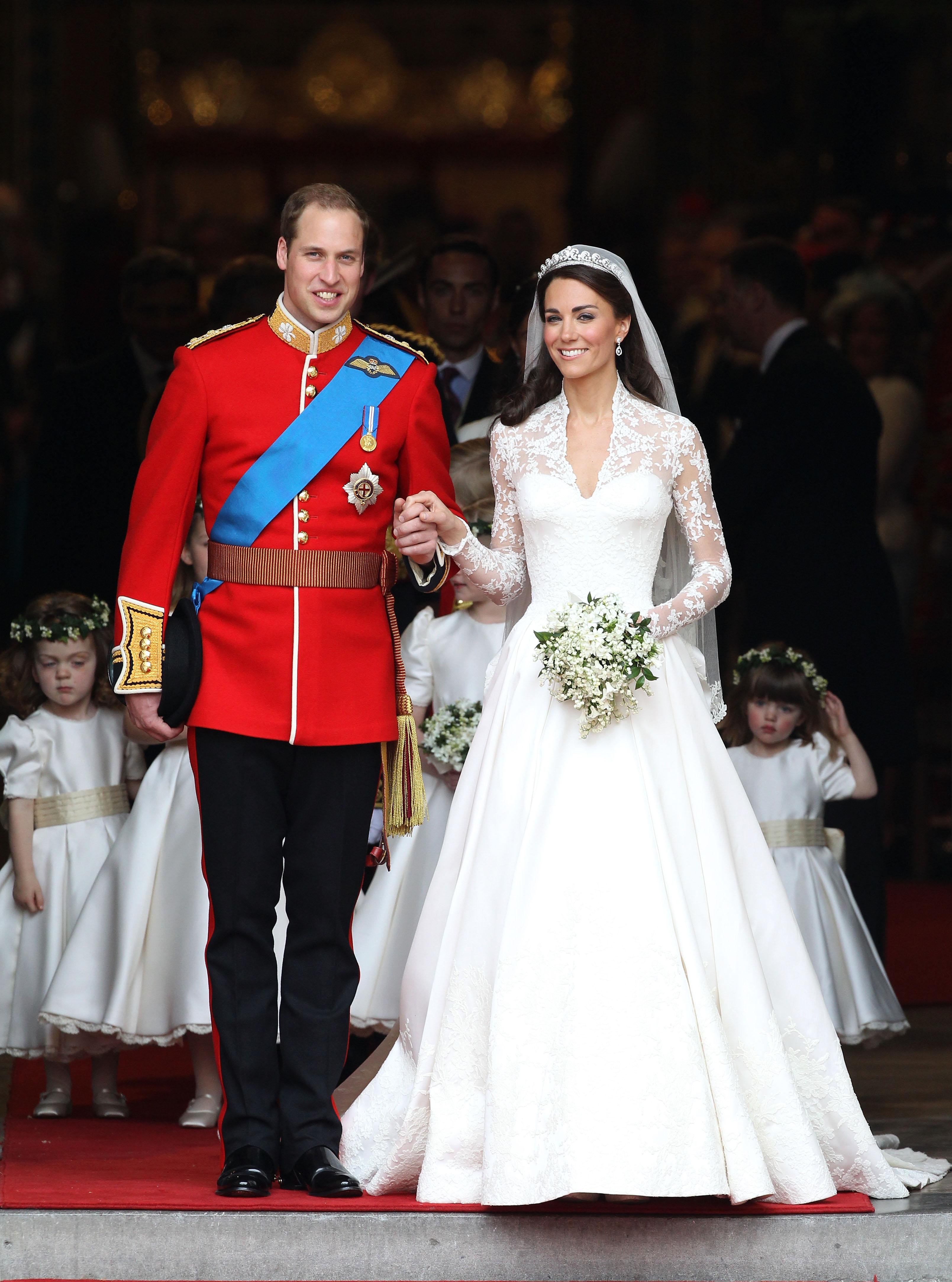 so sánh váy cưới của Công chúa Eugenie, Kate Middleton và Meghan Markle 9