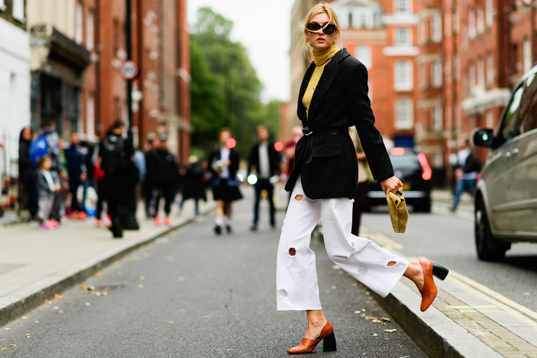 phối đồ công sở với blazer đen và jeans rách