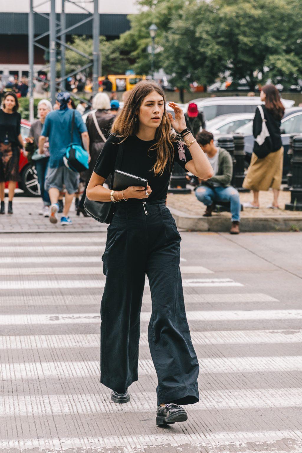 phối đồ công sở quần ống rộng và áo thun đen