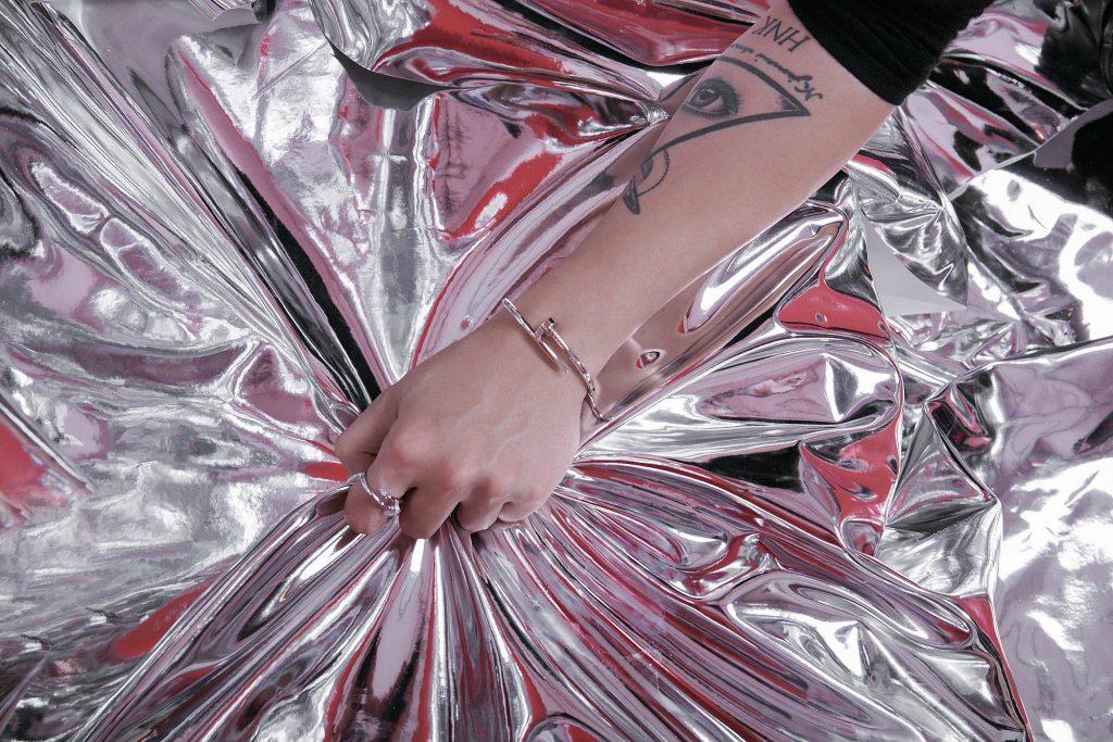 """Châu Bùi & Kelbin Lei: """"Đóng đinh"""" cá tính với thiết kế Juste un Clou của Cartier 4"""