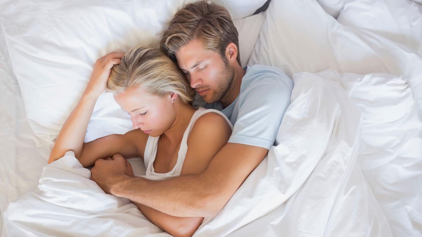 tư thế ôm khi ngủ 3