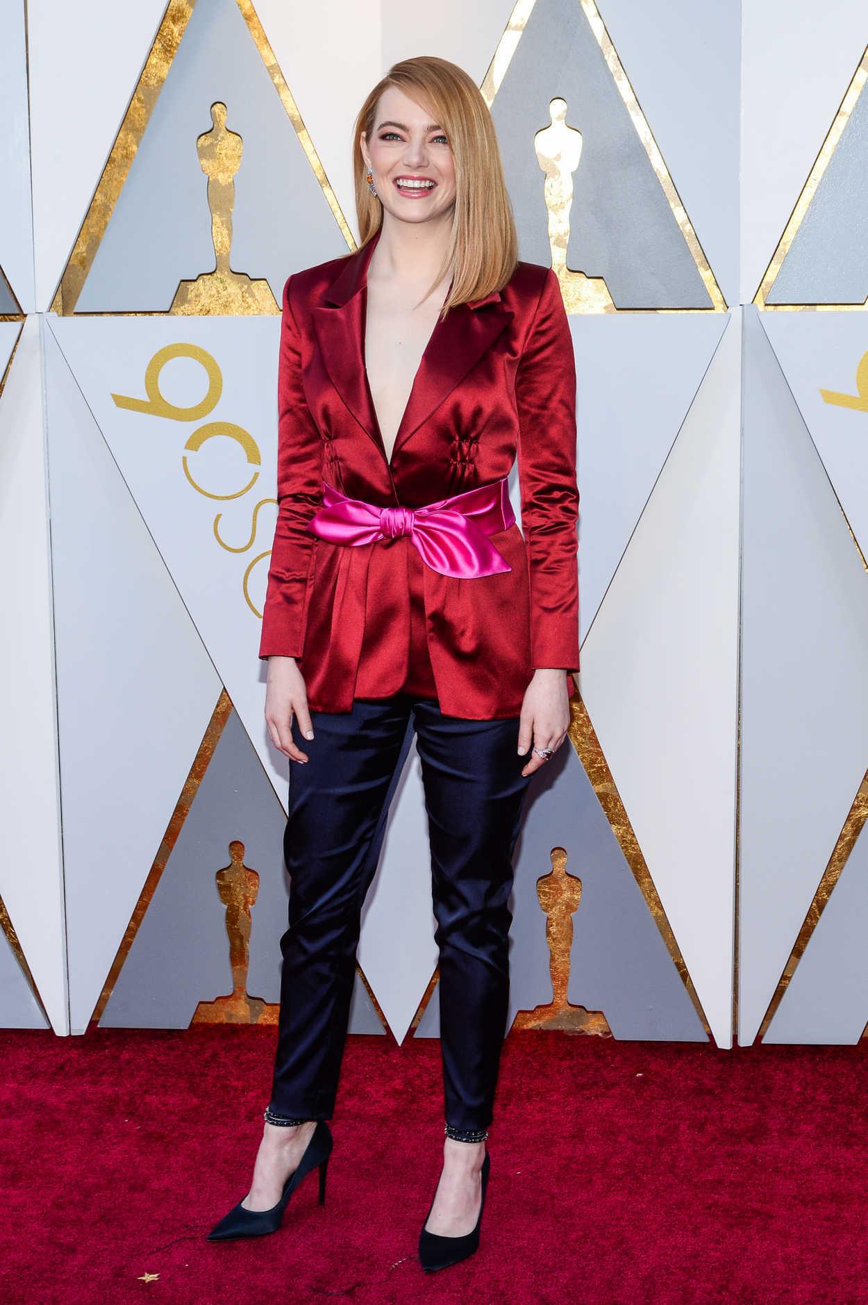 phong cách menswear Emma Stone