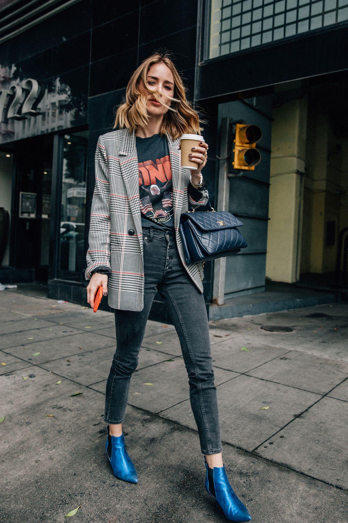 phong cách thời trang menswear áo blazer kẻ ô và áo thun đen in chữ