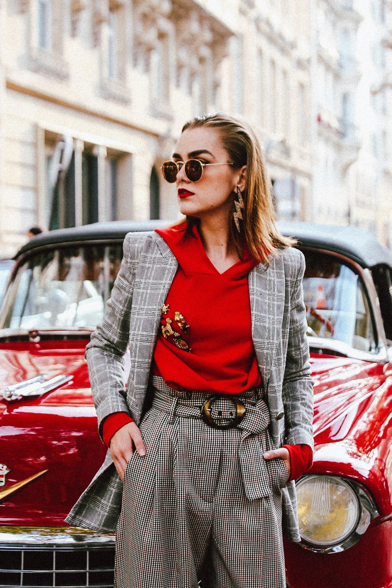 phong cách thời trang menswear áo blazer kẻ ô và hoodie màu đỏ
