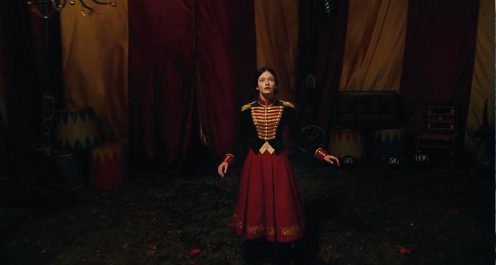 NTK Jenny Beavan thời trang trong phim Kẹp hạt dẻ và bốn vương quốc 8