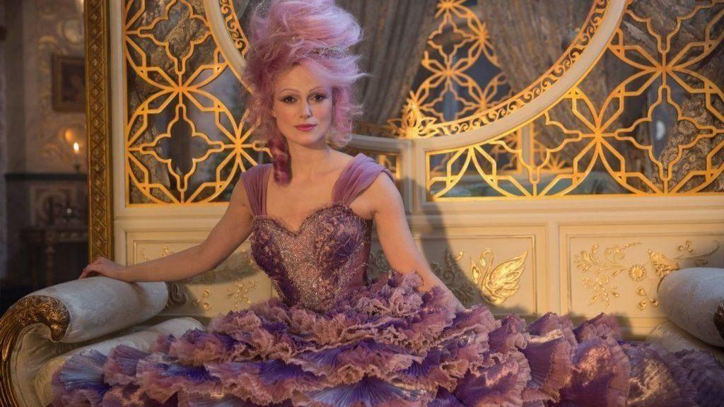 NTK Jenny Beavan thời trang trong phim Kẹp hạt dẻ và bốn vương quốc 12