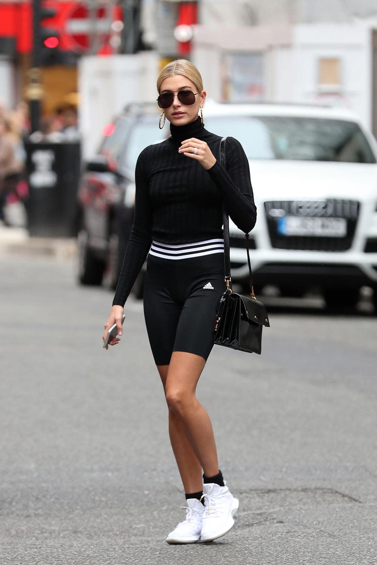hailey bieber mặc đẹp với giày tennis trắng và trang phục đen