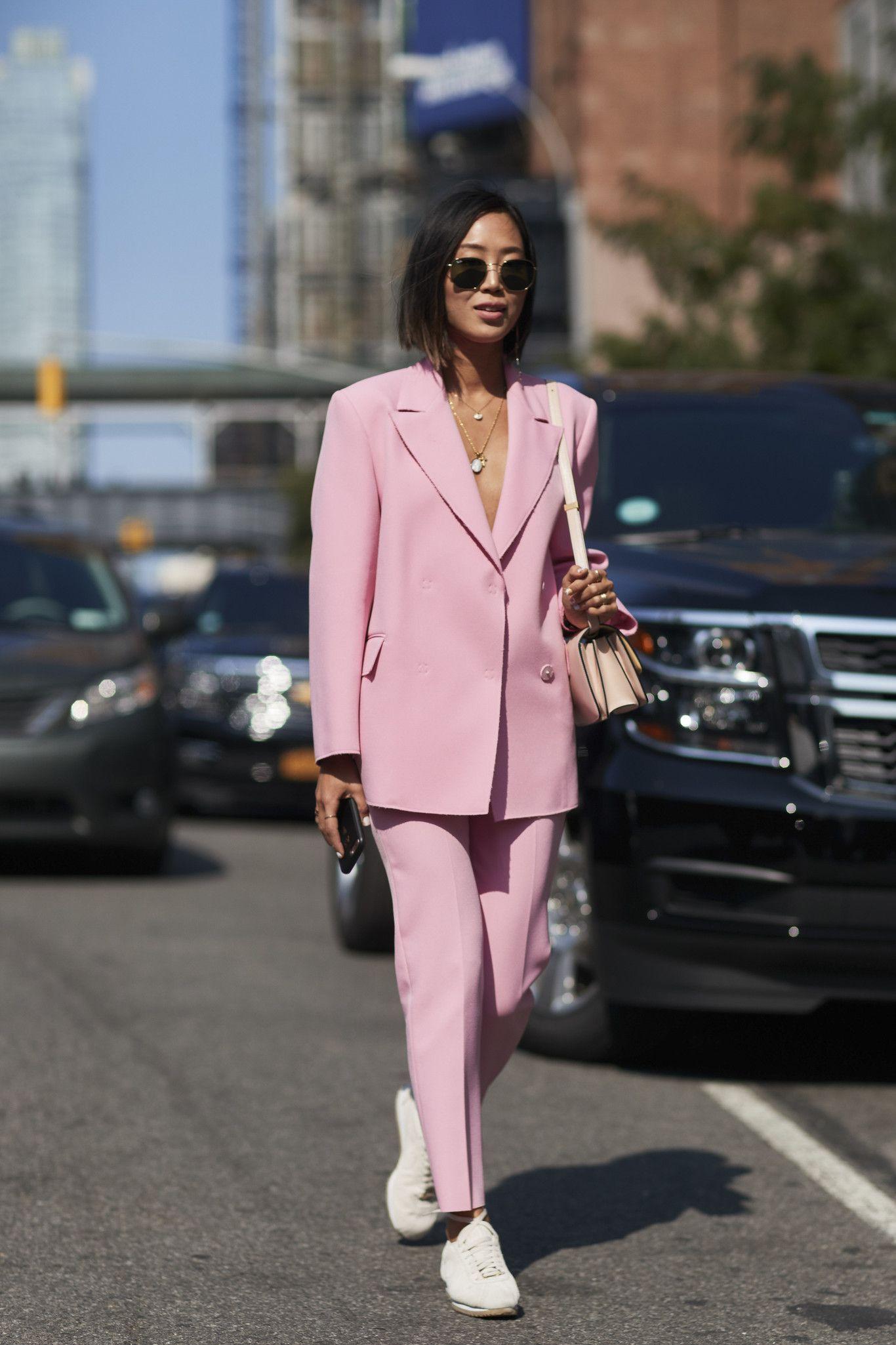 mặc đẹp với giày tennis trắng và âu phục màu hồng
