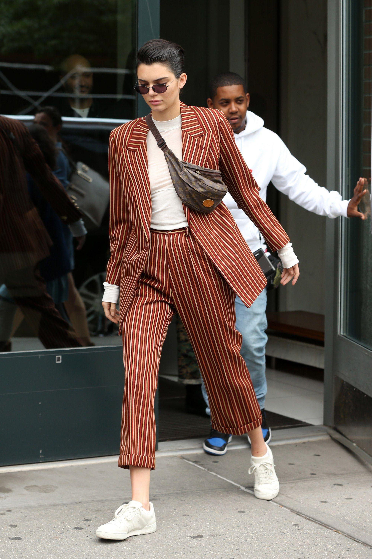 kendall jenner mặc đẹp với giày tennis trắng và suit kẻ