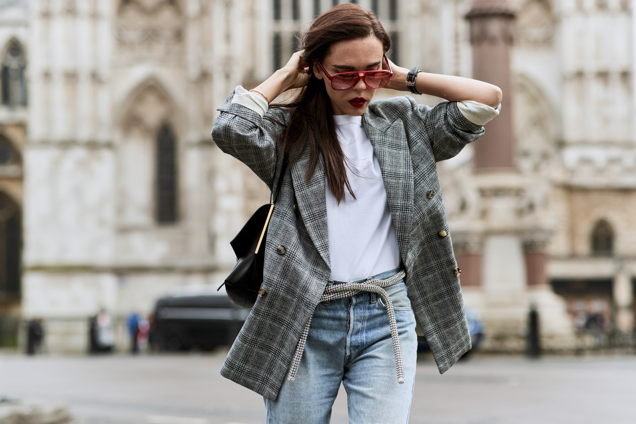 phong cách thời trang menswear áo blazer kẻ ô màu xám và áo thun trắng