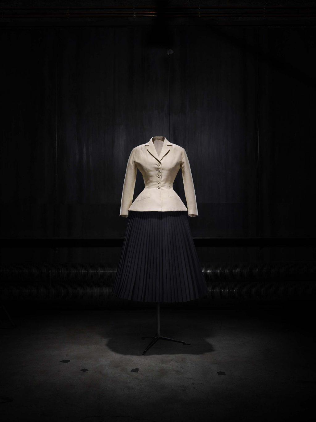 buổi triển lãm Dior - áo khoác bar