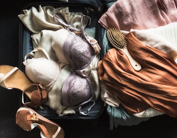 cách xếp các kiểu áo ngực vào vali du lịch