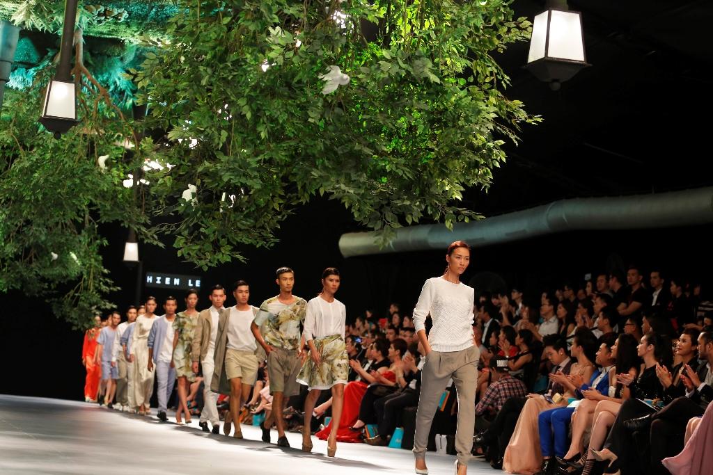 sân khấu ELLE Fashion Show thay đổi qua các năm 3