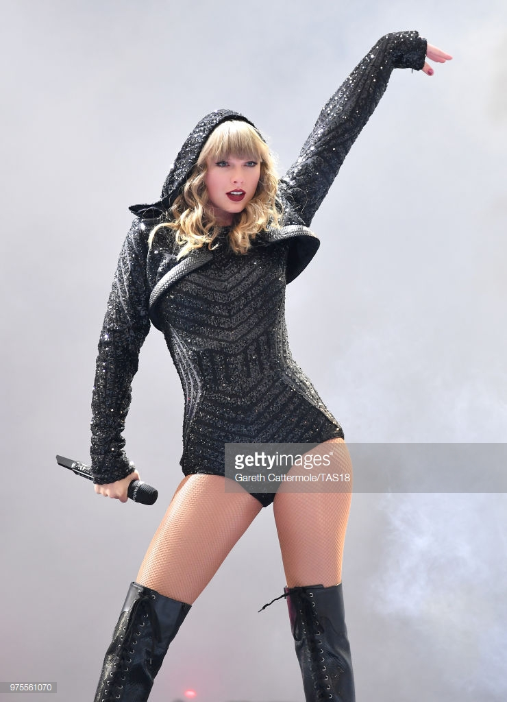 phong cách thời trang Taylor Swift trong tour diễn 4