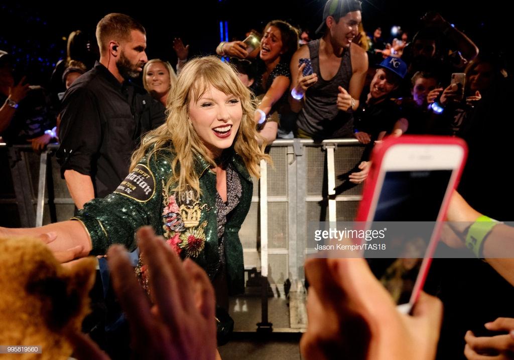 phong cách thời trang Taylor Swift trong tour diễn 9