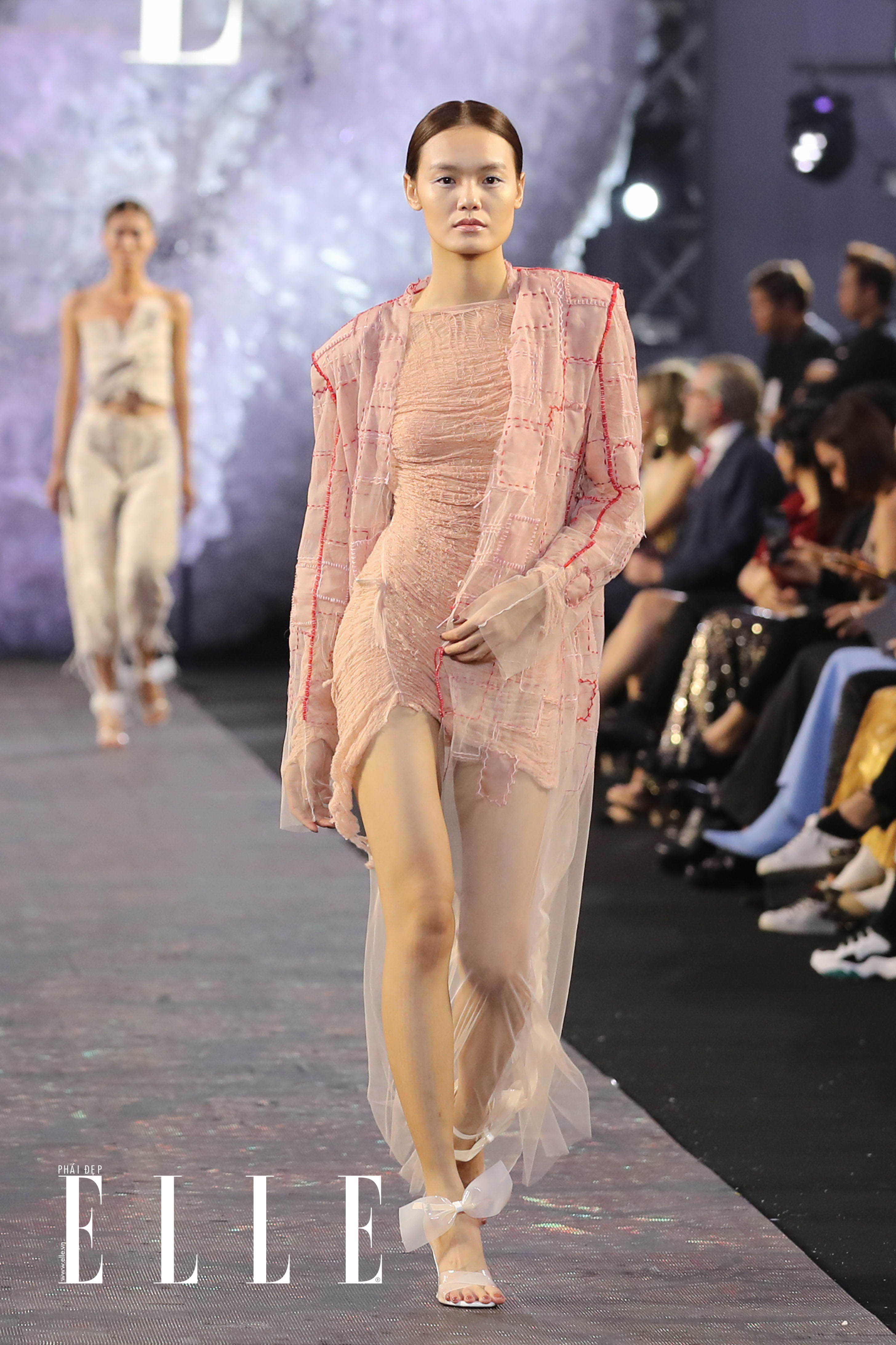 xu huong trang tu nhien diem thong linh san dien elle fashion journey 2018 17