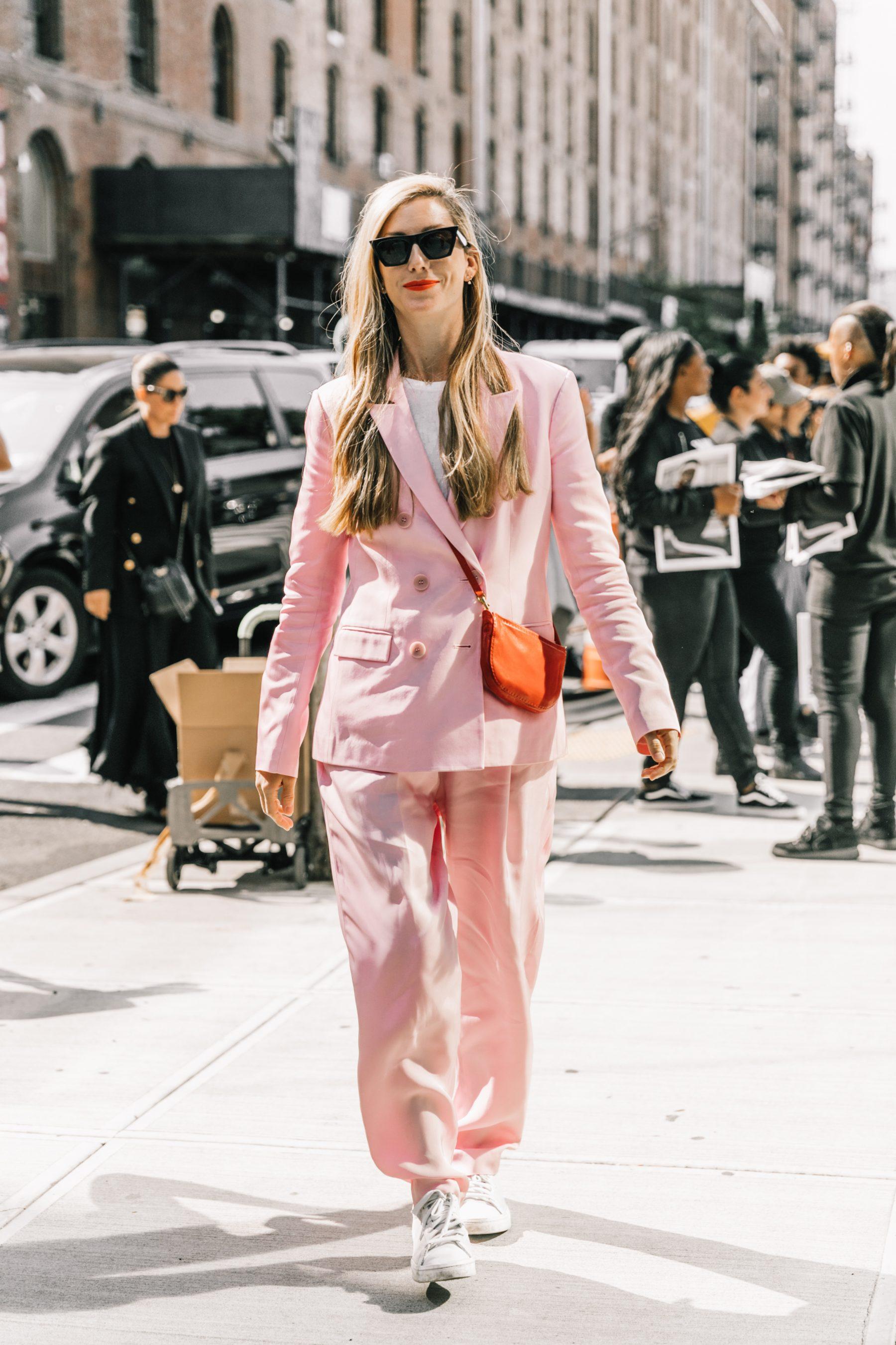 diện nguyên cây suit hồng phớt cho thời trang Xuân - Hè