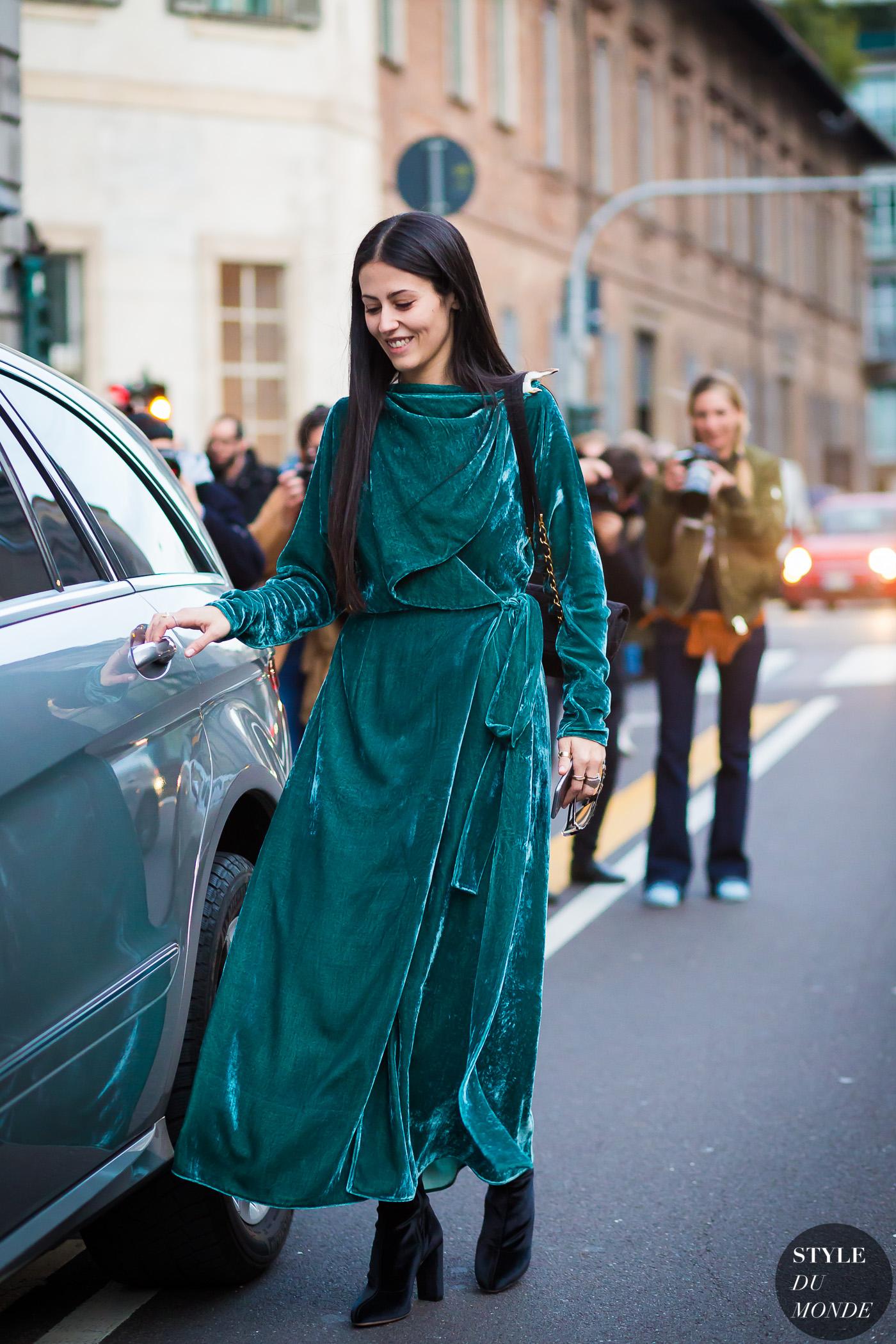 fashionista diện đầm màu xanh mòng két cùng bốt đen