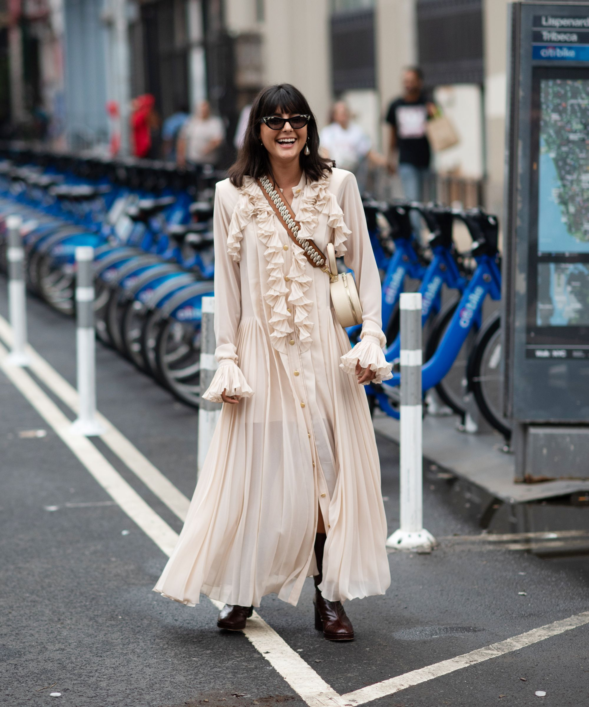 """fashionista diện váy đồng cỏ màu beige (màu """"nịnh"""" da) cùng túi xách đeo chéo và kính mát bản lớn"""