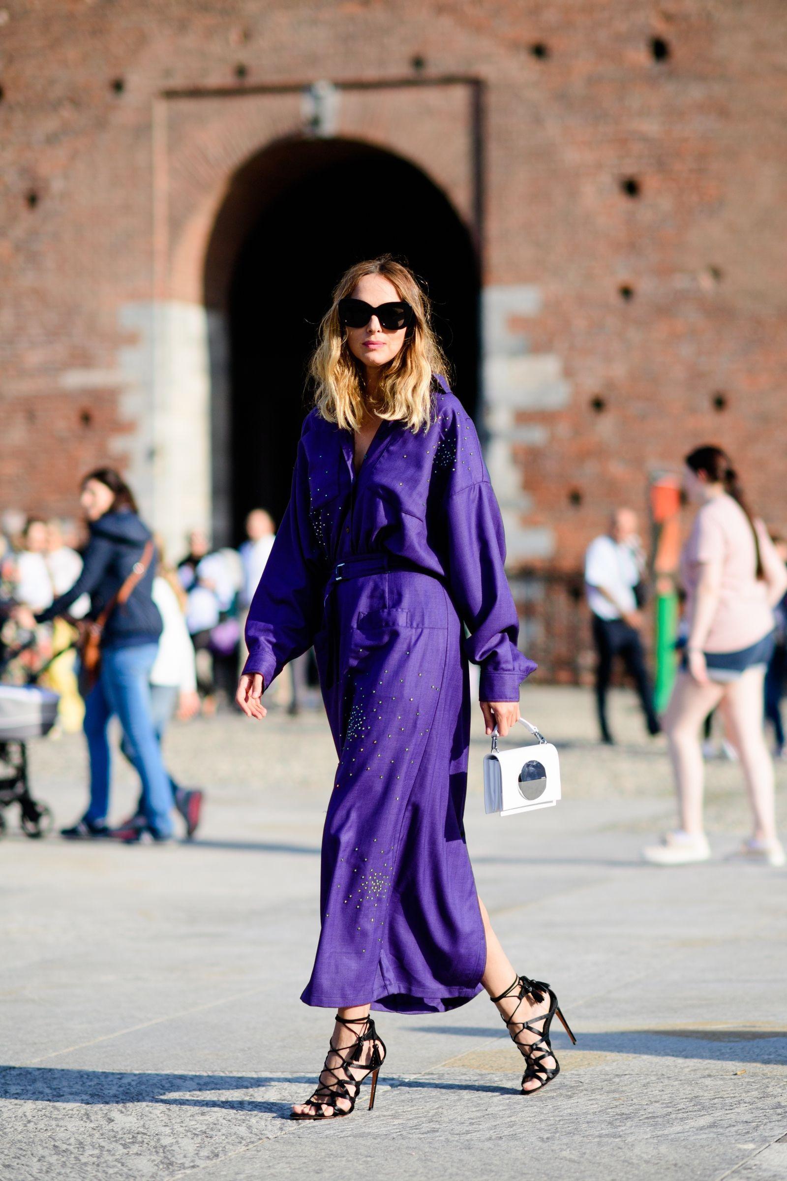 fashionista diện đầm tím và giày cao gót đen cùng kính mát
