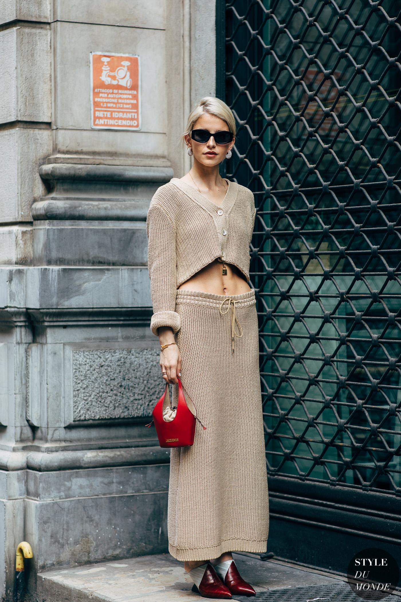 """fashionista diện nguyên cây trang phục màu beige (màu """"nịnh"""" da) và túi xách đỏ"""