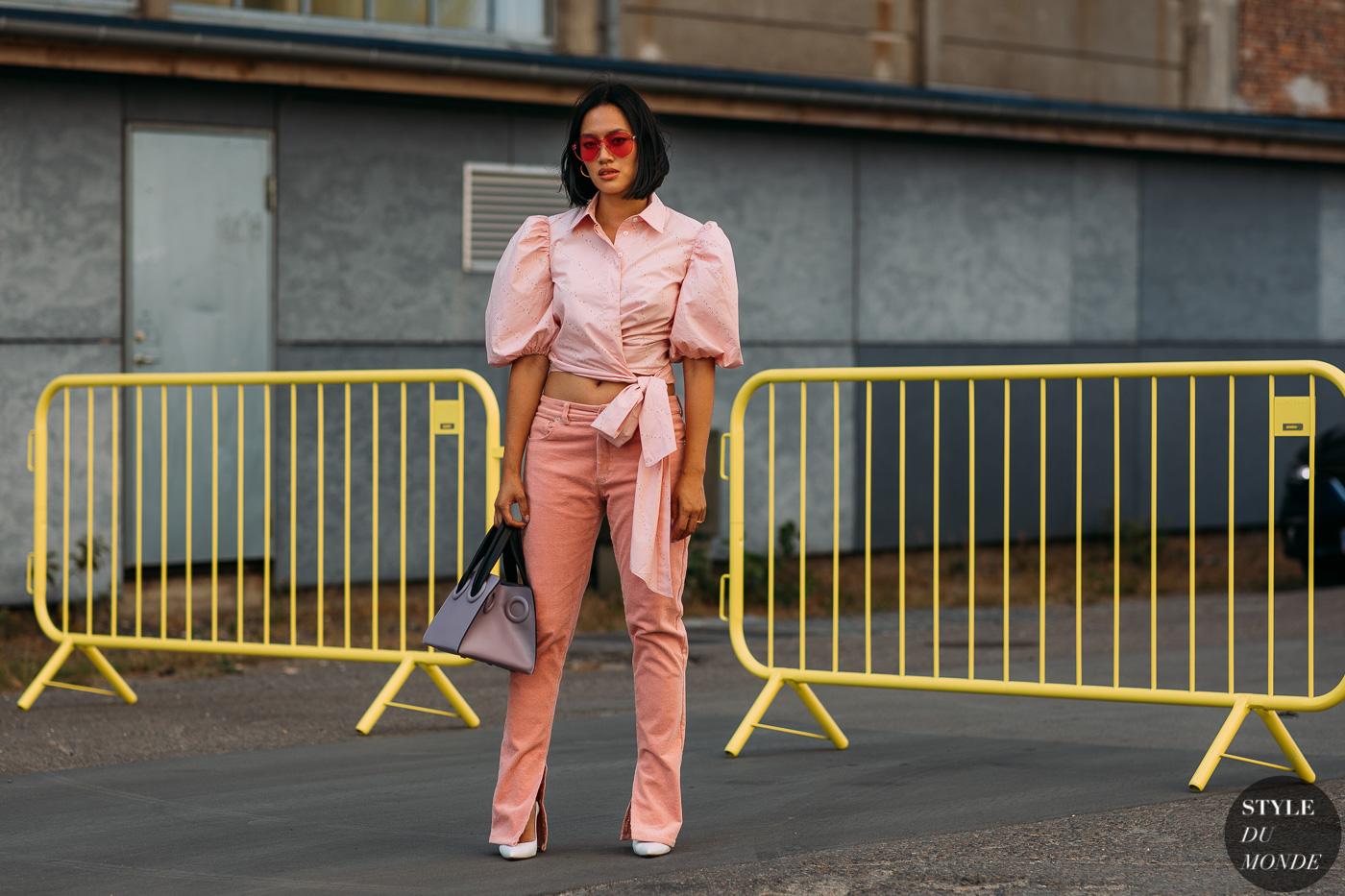 Tiffany Hsu diện crop top và quần cùng tông màu hồng phớt với kình mát đỏ