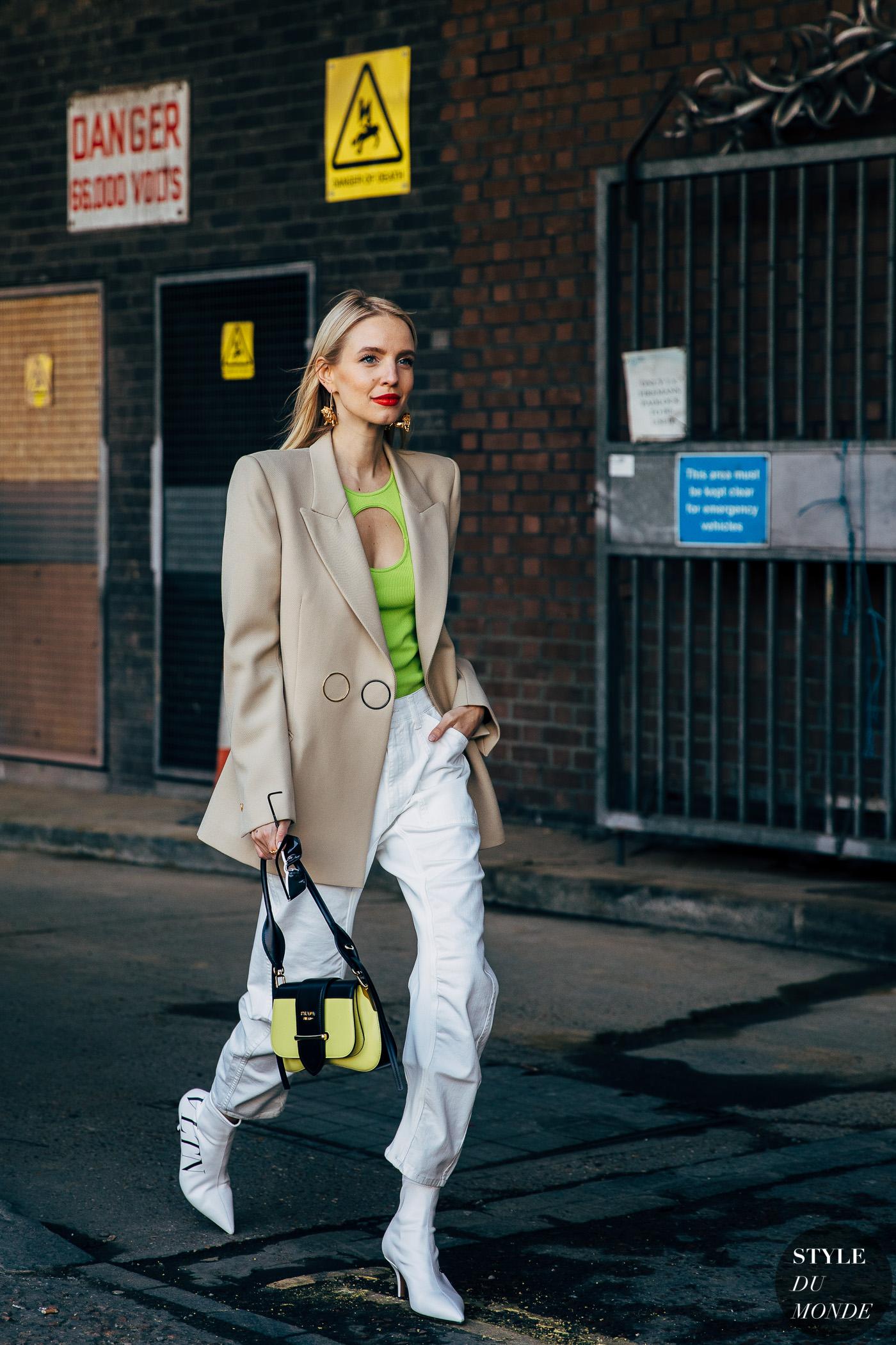 """fashionista kết hợp blazer màu beige (màu """"nịnh"""" da) cùng áo màu neon, bốt và quần trắng"""
